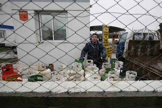 Un repartidor de garrafas a punto de cargar su camión para el reparto. Foto: LA NACION / Mauro V. Rizzi
