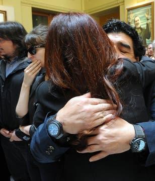 Maradona abraza afectuosamente a la Presidenta. Foto: Presidencia de La Nación