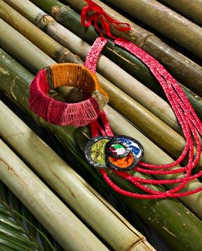 Pulsera tejida en chaguar teñido en forma natural (Graciela Lescano, $ 1800). Foto: Silvio Zuccheri