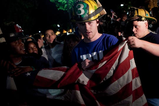 La noticia de la muerte de Ben Laden provocó alegría en el pueblo norteamericano, varias persoans se acercaron a la Casa Blanca para festejar. Foto: EFE