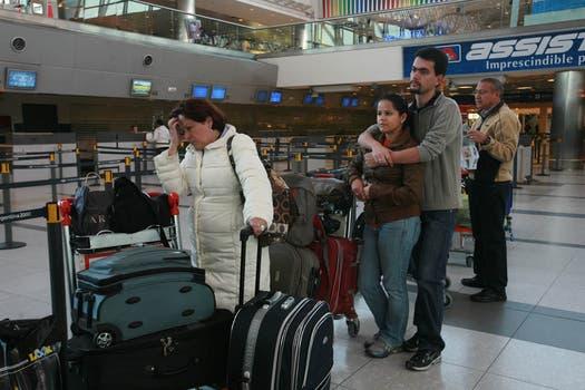Varias personas hacen cola en el aeropuerto de Ezeiza para realizar el check-in de su vuelo que fue reprogramado el lunes 13 de junio. Foto: LA NACION / Graciela Calabrese