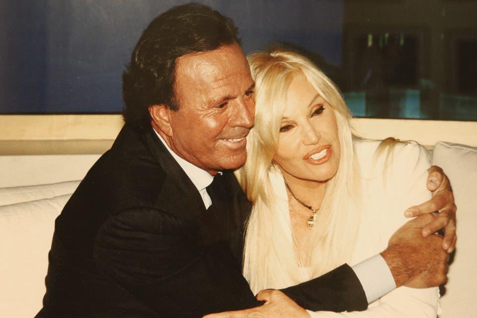 Susana y Julio Iglesias en el living de su programa. Foto:Archivo
