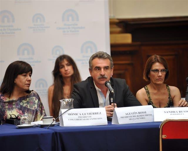 Periodistas que habían sido denunciados por el Grupo Clarín expusieron ayer ante un plenario de comisiones de la Cámara de Diputados para repudiar la actitud de la empresa, que los había incluido en una denuncia contra funcionarios pero después se rectificó.