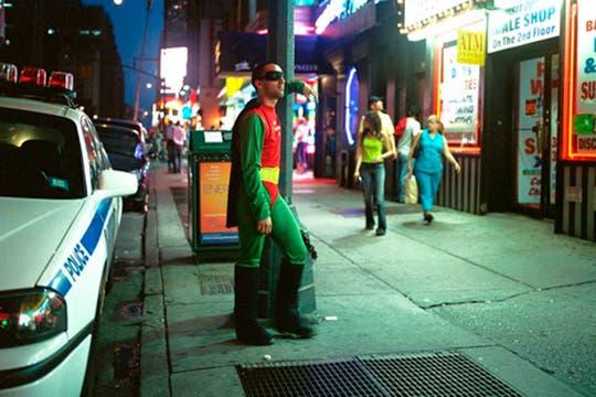 """Robin, es Ernesto Mendez dej DF, trabaja como """"gigolo"""" en el Times Square de New York. Manda 200 dolares por semana a México. Foto: www.dulcepinzon.com"""
