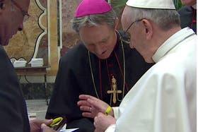 Francisco se coloca la pulsera que se reparte en la arquidiócesis de Durban