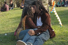 El beso masivo, una original protesta contra los vigilantes que controlan a las parejas en Parque Centenario