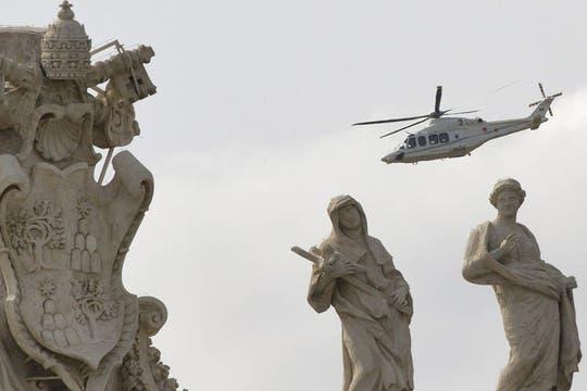 El helicóptero con Francisco, alejándose del Vaticano. Foto: EFE