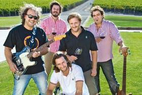 Pellerini, Riccitelli, Michelini (sentado), Sejanovich y Vigil, rock y vinos con los Andes de fondo