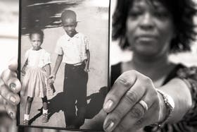 La poeta muestra una foto de su infancia, en tiempos de la segregación