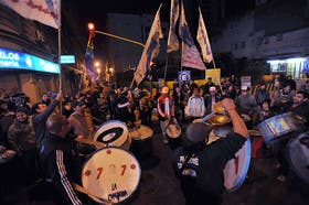 Militantes kirchneristas, el último domingo, mientras esperaban los resultados