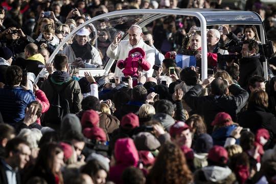 El papa Francisco, de recorrida por el Vaticano tras la audiencia general. Foto: EFE