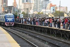 En la estación Pacífico del San Martín, los usuarios esperan al tren sobre un andén de caños y maderas