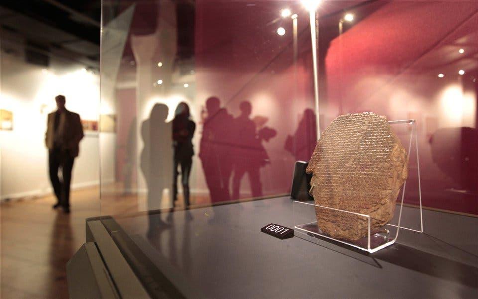 El fragmento del Poema de Gilgamesh es la joya de la muestra: una tabla de arcilla escrita hace más de 3500 años Foto:LA NACION/Emiliano Lasalvia