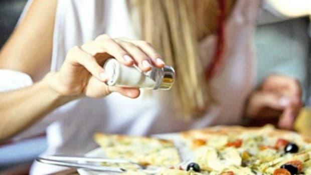 Hasta el 75 por ciento de los alimentos ya vienen salados