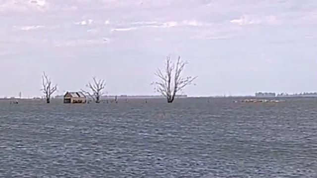 Está cortada la ruta 7 por el desborde de la laguna Picasa: hay peligro de derrumbe