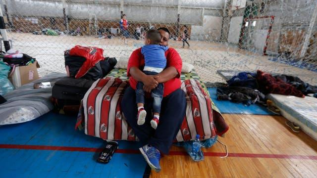Centro de evacuados improvisado en un gimnasio de Comodoro Rivadavia. Foto: LA NACION / Ricardo Pristupluk