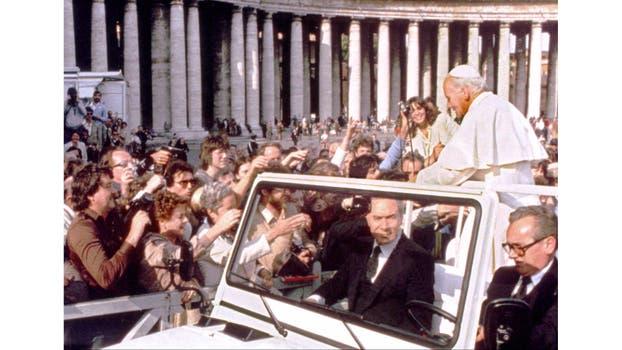 Una mano que sostiene una pistola, a la izquierda, apunta desde la muchedumbre a Juan Pablo II. Foto: Archivo