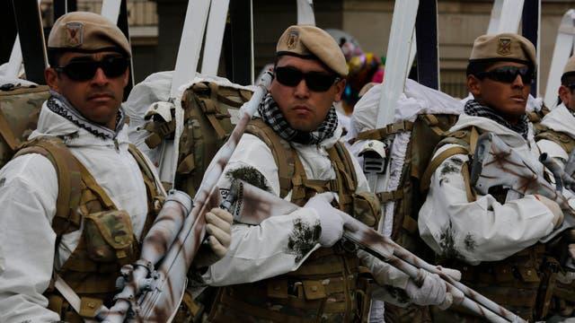 Francotiradores camuflados con imitaciones de vegetación cayendo desde sus cabezas, equipados con esquíes, vestidos de naranja para la Antártida, con trajes de buzos y mujeres levantando fusiles con bayonetas, fueron algunos de los uniformados que dejaron a los chicos boquiabiertos, y también a much