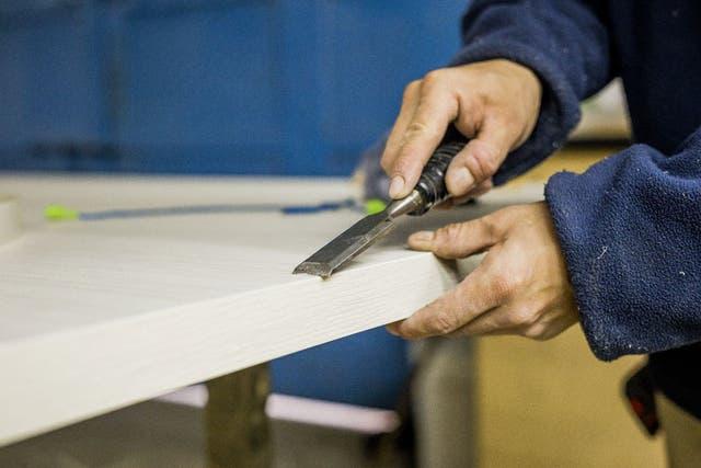 Las piezas que lo requieren son refiladas a mano para una terminación perfecta.