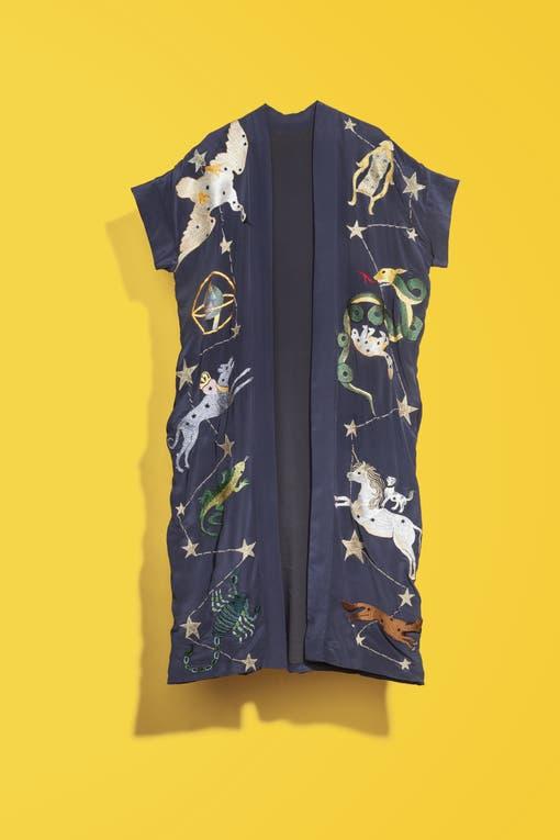"""Kimono, Micaela Tinelli y Romina Pigretti (Ginebra) """"Es un comodín que se puede usar tanto en la playa como para una salida nocturna, sólo depende de cómo se combine."""". Foto: Lucas Kirby"""
