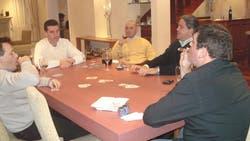 Alfredo Lijo (en la cabecera, de frente) junto a su hermano, el juez Ariel Lijo (camisa negra, de perfil), quien fuma un habano mientras juegan al truco