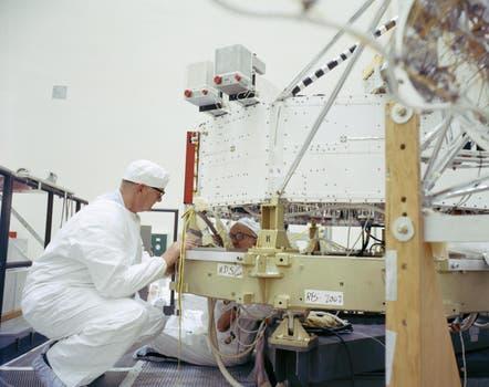 Científicos trabajan en la estructura de la nave. Foto: NASA