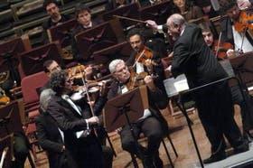 Luis Roggero, frente a la Orquesta Sinfónica Nacional, dirigida por Pedro Ignacio Calderón