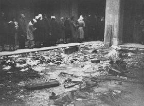 El patio interior de la curia de Buenos Aires, con restos del incendio, el 3 de julio de 1955