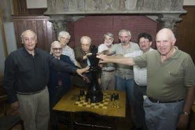 Cada sábado, entre las 17 y las 21, Kapros, Amil Meylán, Benoit, Carlsson, Orce, Osorio, Lois y Lago se reúnen en la peña Del Mate con Ayuda