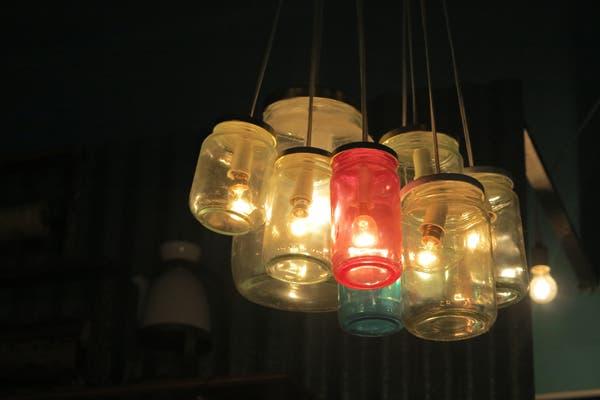 Las lamparas hechas con frascos de distintos tipos y colores. Foto: gentileza Alguito