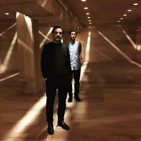 Jorge Macchi y Nicolás Fernández Sanz dentro de su instalación en Ruth Benzacar