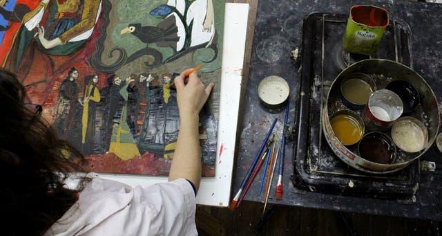 Mesa de trabajo: La cera virgen es la madre del preparado. Se funde a fuego lento, se testea la elasticidad y se agregan los pigmentos.