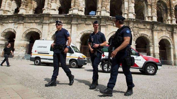 La policía patrullando Nimes, antes de La Vuelta ciclista a España