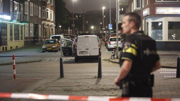La policía investiga una furgoneta con matrícula española, cargada con bidones de gas, que esta ubicada en las inmediaciones de la sala de conciertos Maassilo, debido a una amenaza terrorista en Holanda.