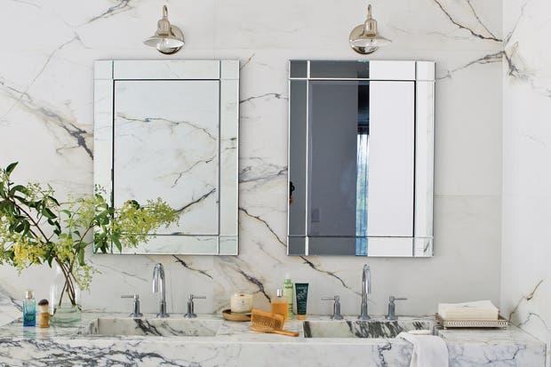 Espejo con borde facetado a modo de marco (Falabella) acompañado por una lámpara de pared estilo antiguo cromada (Casa Rago).  /Santiago Ciuffo