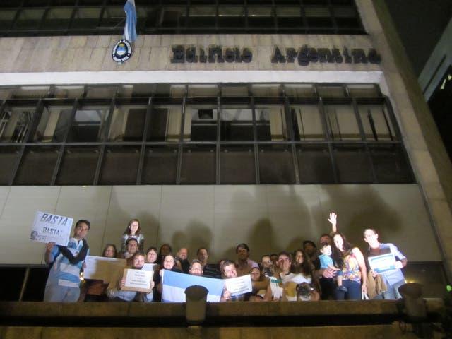 Argentinos residentes en Río de Janeiro se concentraron frente al Consulado argentino en la ciudad