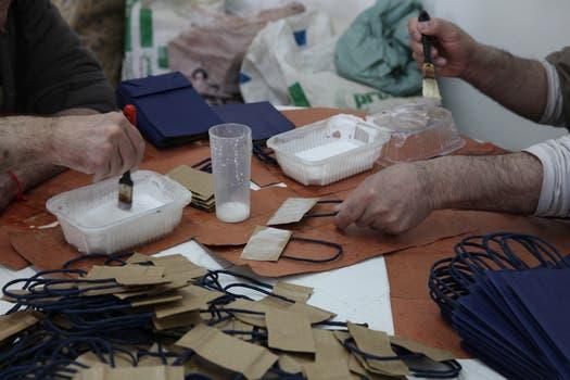 En uno de los talleres, los pacientes arman bolsas de papel para uso comercial. Foto: LA NACION / Guadalupe Aizaga