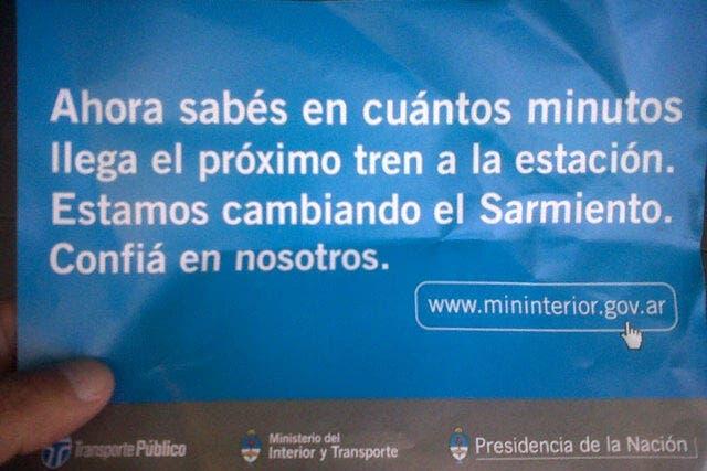 Los volantes que reparte el Gobierno en el Sarmiento