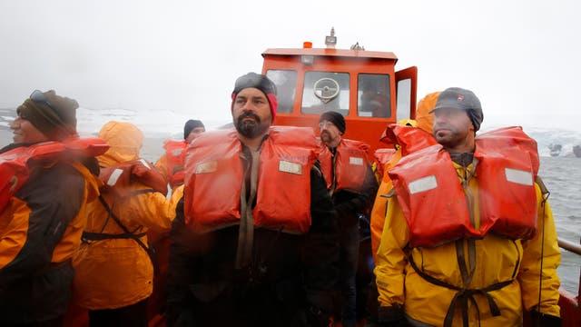 Barcaza de traslado de provisiones y personal desde el buque Canal de Beagle, hacia la base Carlini, en la Antartida. Foto: LA NACION / Fernando Gutierrez