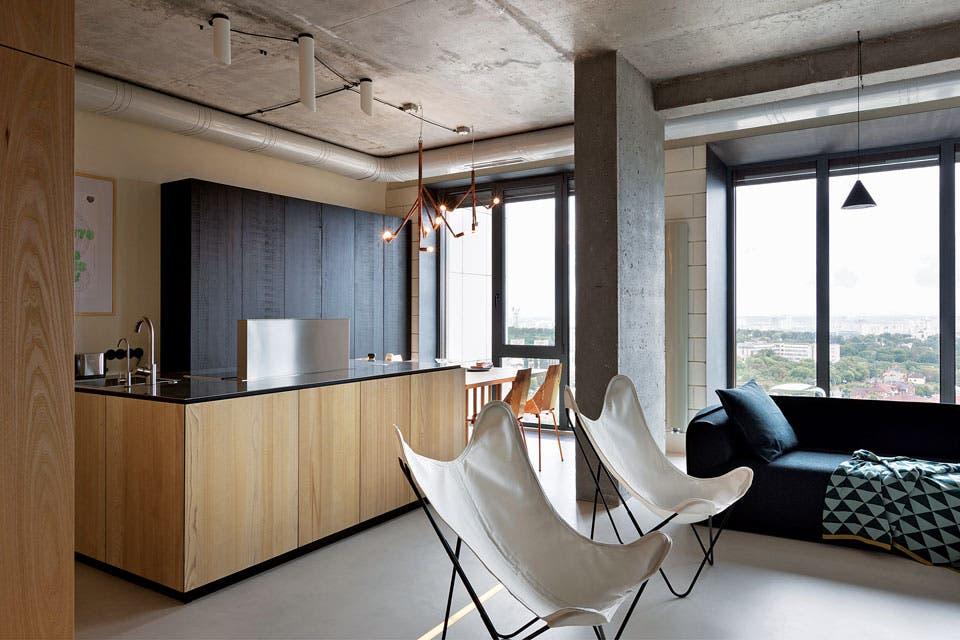 Sobre la mesa del comedor, lámparas 'Kvist', un emblemático diseño de la firma sueca Örsjö. Detrás, un módulo empotrado con frente de madera laqueada en negro, también de la línea Natural Skin de Minacciolo, le aporta impacto y dinamismo al sector.  /Gentileza Minacciolo