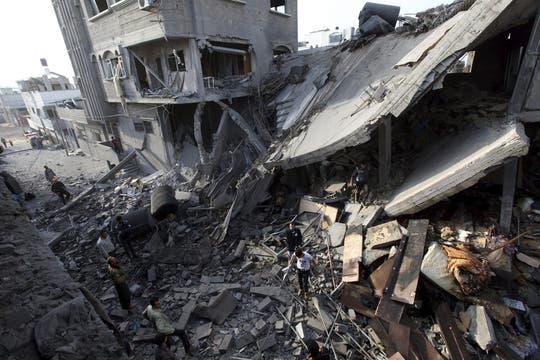 Palestinos inspeccionan los restos de casas destruidas tras un ataque aéreo israelí sobre territorio de Gaz. Foto: EFE