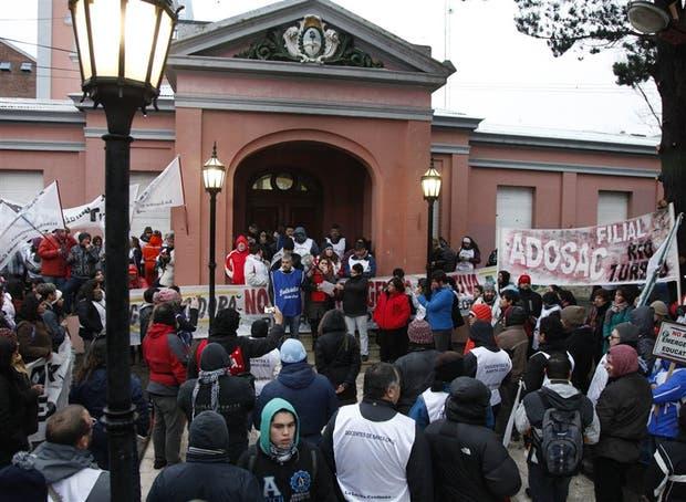 La protesta docente, frente a la Casa de Gobierno provincial, en Río Gallegos