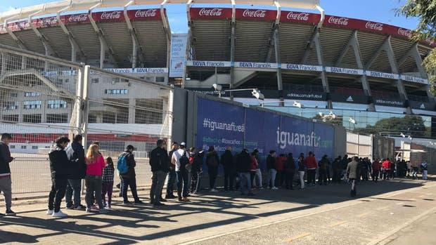 El retiro de las entradas ante Guaraní y los abonos generaron largas filas en el Monumental