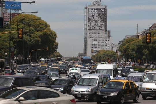 Caos de tránsito en la avenida 9 de Julio en ambos sentidos. Foto: LA NACION / Ezequiel Muñoz