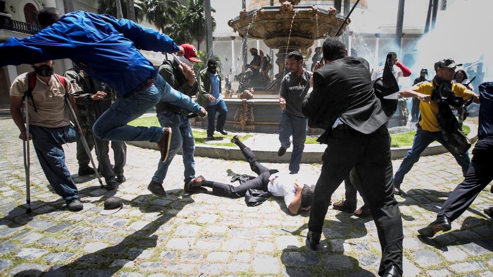 El diputado Armando Armas (c) es golpeado por manifestantes en el piso en la Asamblea Nacional. Foto: EFE / Miguel Gutierrez