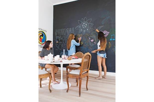 La pared junto a la mesa de reunión contrasta con el resto. Se pintó con pintura de pizarrón (Prestigio) para los momentos de estudio y creatividad. El amor por el arte lo heredaron de su mamá, Carina Matteo, artista y dueña de Brillante Arte Contemporáneo.  /Javier Picerno