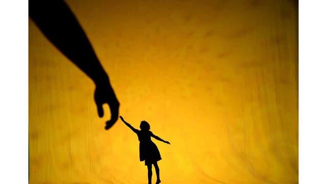 Bailarines ensayan antes del estreno del Shadowland de Pilobolus en el Skirball Center for the Performing Arts de NY