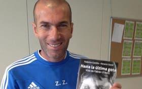 Zidane con el libro autoreferencial de O''''''''Neill ''''''''Hasta la última gota''''''''