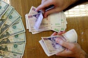 En la sucursal uruguaya del Banco Nación, el dólar se consigue al doble de lo que sale en el país de manera legal