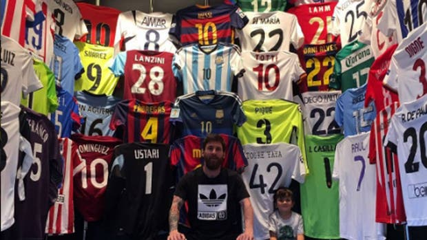 Lionel Messi mostró su notable museo de camisetas